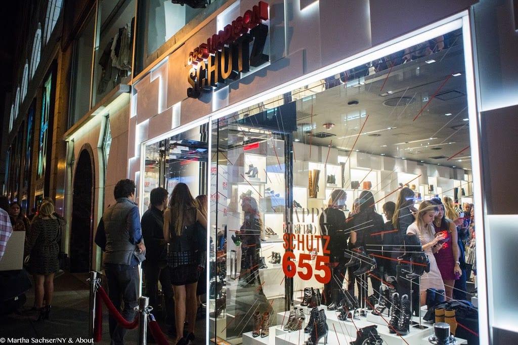 84ff3063a Ah! E se ficaram curiosas, passem pelo instagram da Schutz para ver quem  mais apareceu pela loja hoje! Até a próxima!