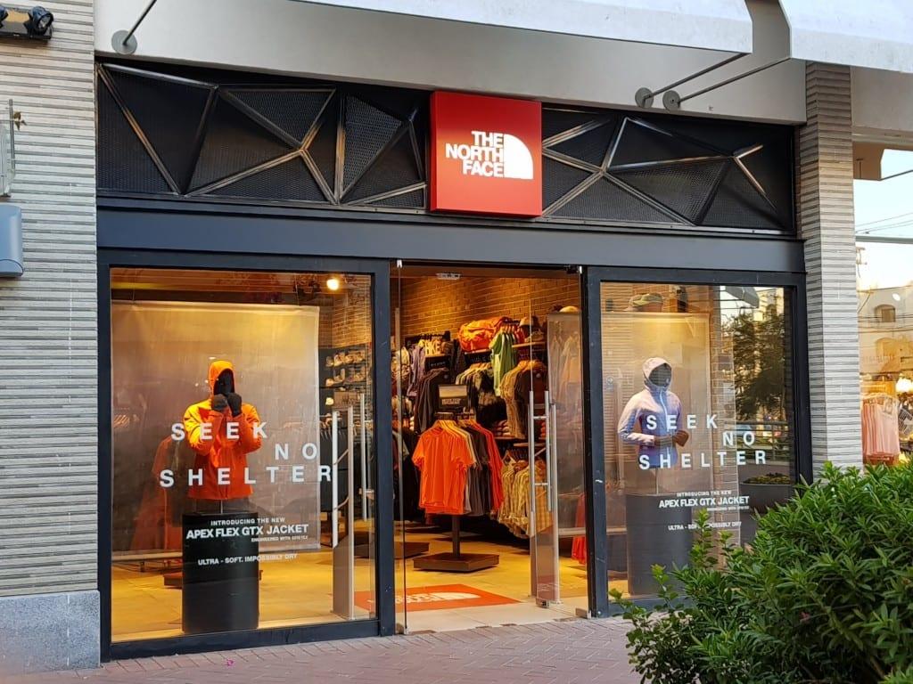 f6e2c2b1f ... e roupas da marca em lojas de departamento, lojas menores ou claro, nas  próprias lojas da North Face. Clique AQUI para conferir o site oficial e  ver as ...
