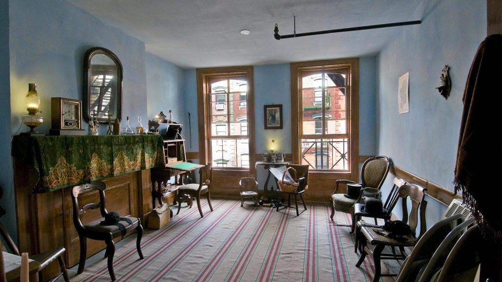 Apartamento do Tenement Museum visto com dentro, com móveis antigos e decoração de época
