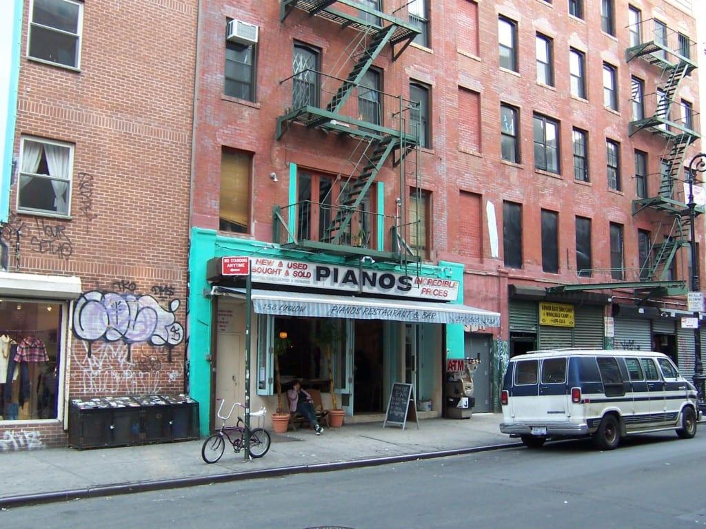 Parte externa do Pianos em Lower East Side, Nova York