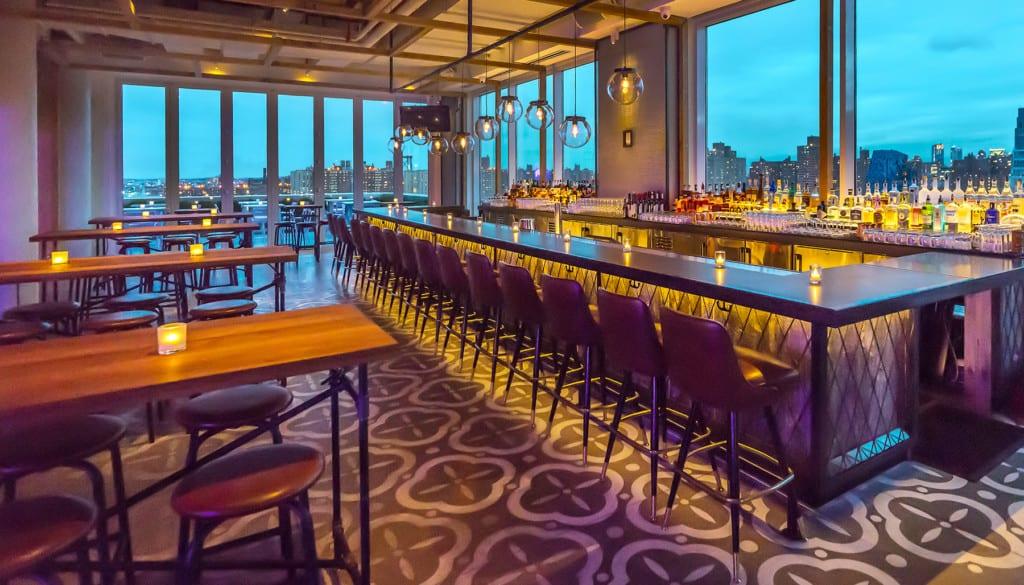Bar inteiro do Mr. Purple Rooftop, em Lower East Side