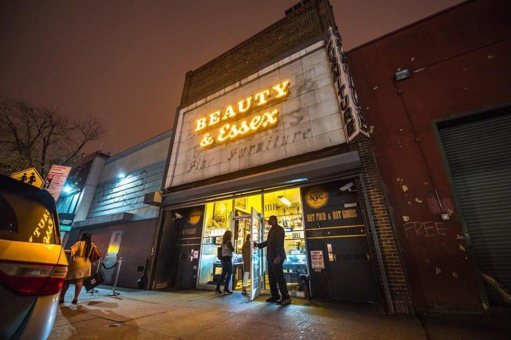 Fachada do Beauty & Essex com seu letreiro luminoso em Lower East Side, Nova York