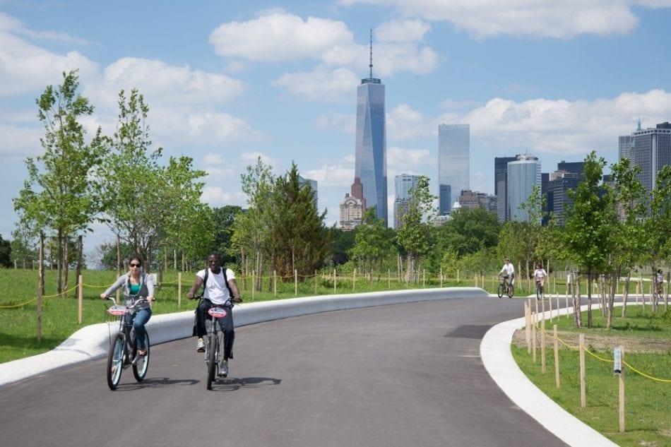 Pessoas pedalando em Governors Island