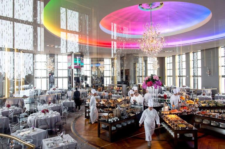 Mesas e buffet do Rainbow Room. | Foto: New York Times