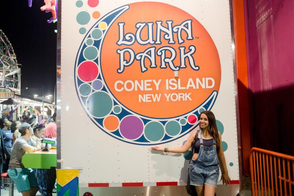 Eu curtindo o Luna Park em Coney Island, Nova York.
