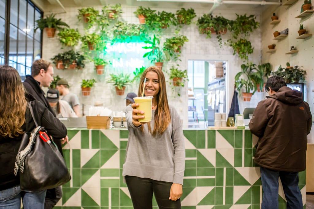 Eu, vitamina e jardim vertical fofo do Avocaderia em Nova York