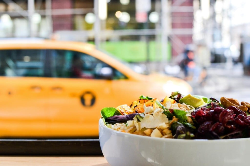 Bowl do Fresh & Co com vista para um táxi amarelo em Nova York.