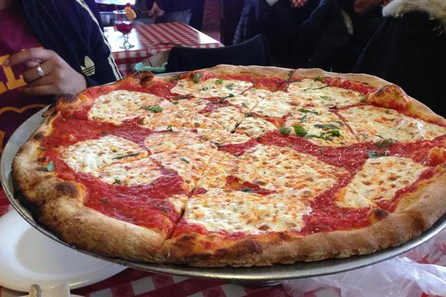 Pizza da pizzaria Lombardi's.