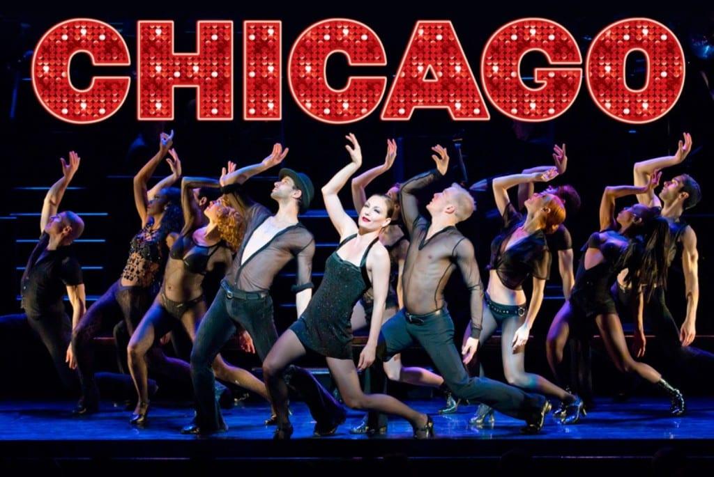 Atores dançando durante o musical Chicago