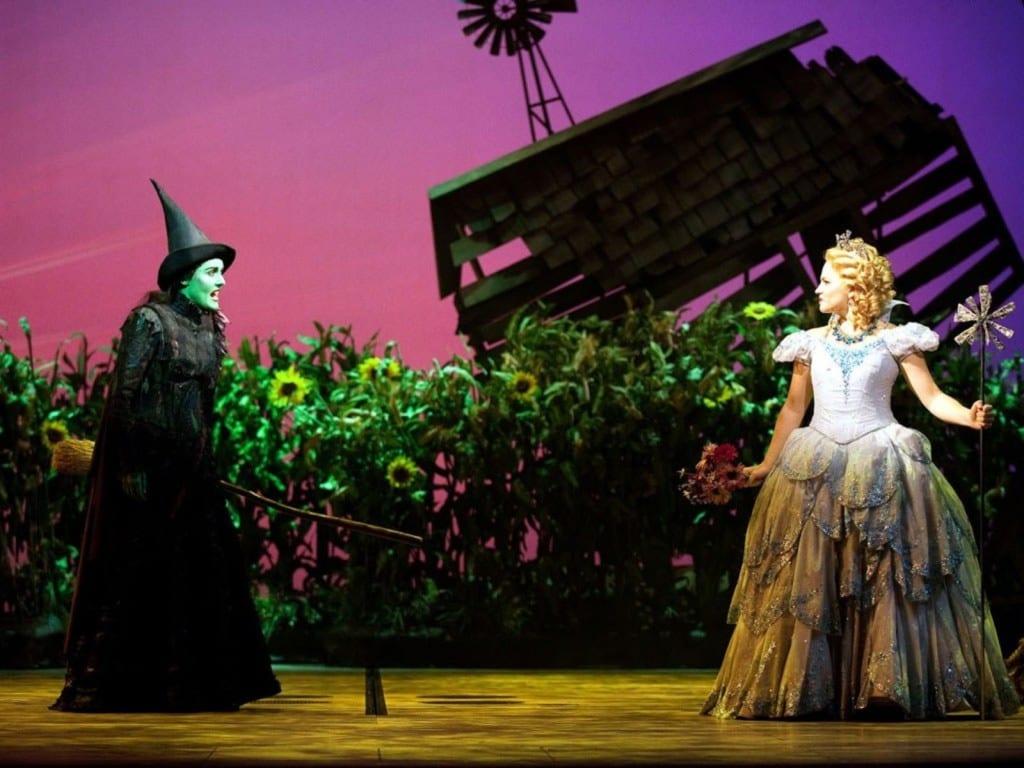 "Brunxa ""má"" e bruxa ""boa"" do espetáculo Wicked"